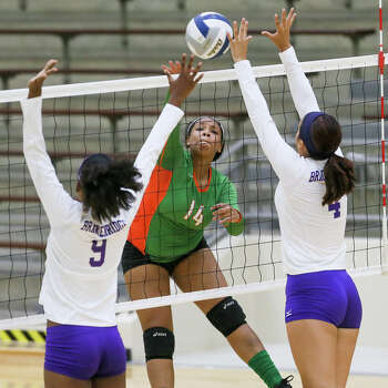 Sam Houston's Tia Logan (center) tries to get a shot past Brackenridge's Eshe Malone (left) and Jasmin Gutierrez during their match at the Alamo Convocation Center on Wednesday, Sept. 10 2014.  MARVIN PFEIFFER/ mpfeiffer@express-news.net Photo: Marvin Pfeiffer/ Express-News / Express-News 2014