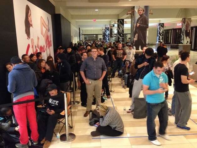 Approximately 500 people wait patiently for their IPhone 6 at Crossgates Mall. (Skip Dickstein/Times Union)
