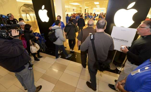 The doors are open for the IPhone 6 launch. (Skip Dickstein/Times Union)