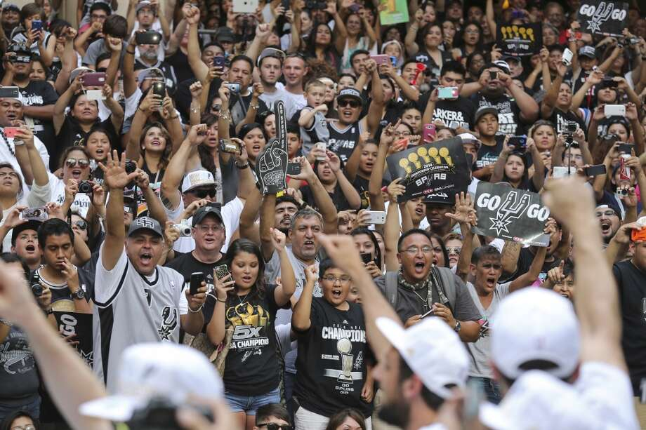 Best fan relations Photo: Edward A. Ornelas, San Antonio Express-News