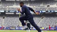 Houston Texans running back Arian Foster, left, works out before an NFL football game against the New York Giants at MetLife Stadium on Sunday, Sept. 21, 2014, in East Rutherford, N.J. ( Brett Coomer / Houston Chronicle )