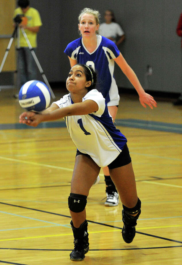 Darien's Keli Reyes keeps the ball in the air during the Blue Wave's game against Greenwich on Wednesday, Oct. 9, 2013. Photo: Jason Rearick / Stamford Advocate