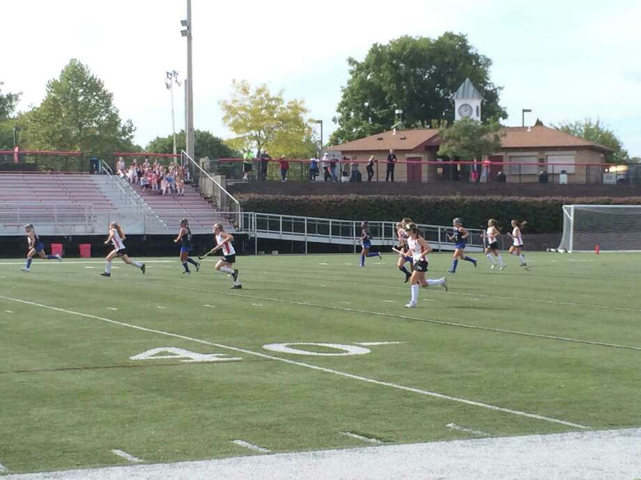 The New Canaan and Darien field hockey teams square off in a regular season game on Wednesday, Sept. 24, at Dunning Stadium. Photo: Andrew Callahan / New Canaan News