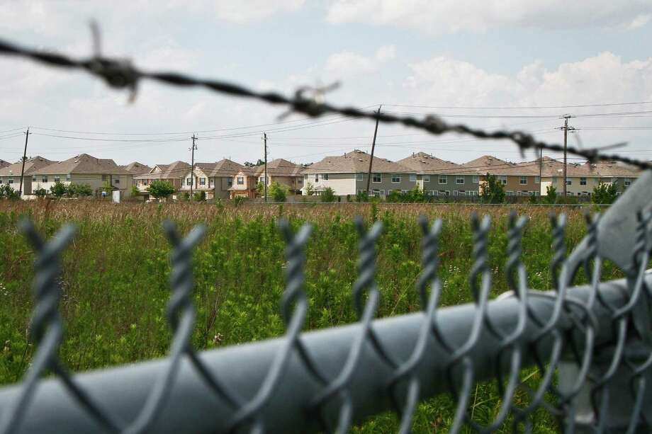 Environmental cleanup does not have to lead to gentrification. In this photo: New homes near the 58-acre Brio Superfund site in Friendswood. Photo: Michael Paulsen, Houston Chronicle / Houston Chronicle
