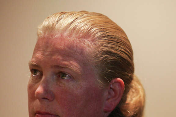 Fire Chief Joanne Hayes-White decides not to accept the job offer from London.