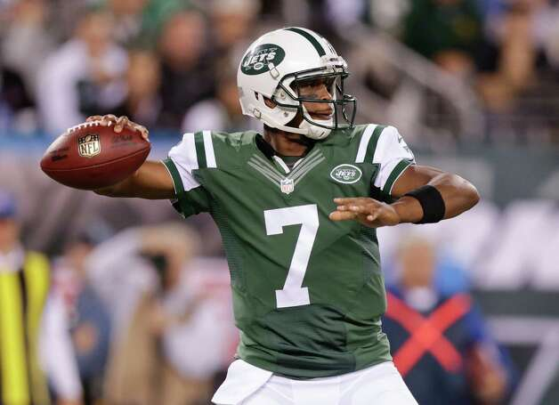 New York Jets quarterback Geno Smith (7) throws against the Chicago Bears in the first quarter of an NFL football game, Monday, Sept. 22, 2014, in East Rutherford, N.J. (AP Photo/Julio Cortez)  ORG XMIT: ERU102 Photo: Julio Cortez / AP