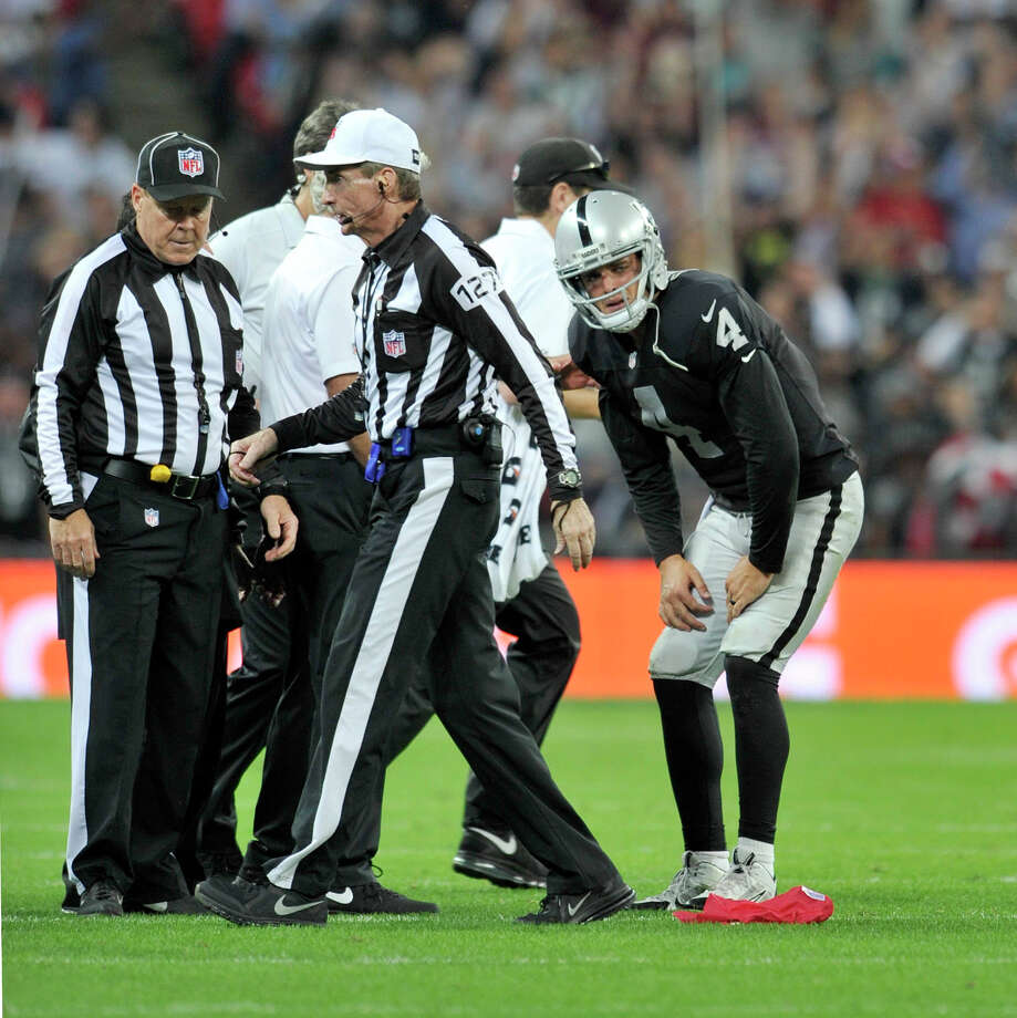Raiders quarterback Derek Carr hurt his ankle and knee on a third-quarter scramble. Carr was 16-for-25 for 146 yards, one touchdown and an interception in the 38-14 loss. Photo: Sean Ryan / Sean Ryan / NFL / ONLINE_YES