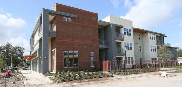 El proyecto San Juan Square en la calle sur Zarzamora está en su última fase. Las fases  I and II fueron completadas en 2007 y 2009 con un costo de $13 millones y $18 millones, respectivamente. La Fase III, de $33 millones, se llama Gardens en San Juan Square. Photo: Marvin Pfeiffer/ Express-News / Express-News 2014