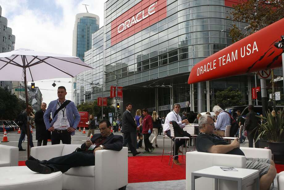 Convention goers at Oracle OpenWorld2014 enjoyed mild temperatures on Monday.  A heat wave is expected to send temperatures in the region into the 90's by Friday. Photo: Liz Hafalia, The Chronicle