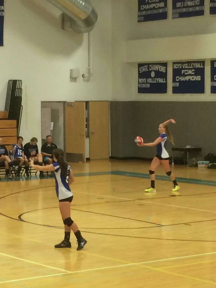 Darien junior Izzy Taylor serves in the Blue Wave's regular-season game against Fairfield Ludlowe on Monday, Sept. 29. Photo: Andrew Callahan / Darien News
