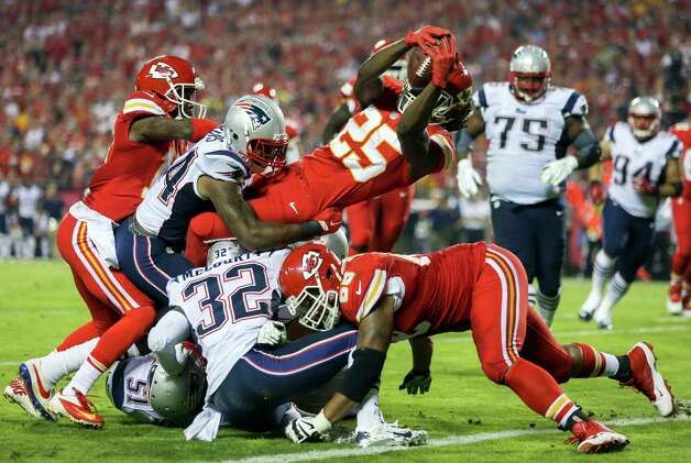 Kansas City Chiefs running back Jamaal Charles (25) dives into the end zone after catching a 5-yard pass for a touchdown during the second quarter of an NFL football game against the New England Patriots, Monday, Sept. 29, 2014, in Kansas City, Mo. (AP Photo/Ed Zurga) ORG XMIT: MOJR110 Photo: Ed Zurga / FR34145 AP