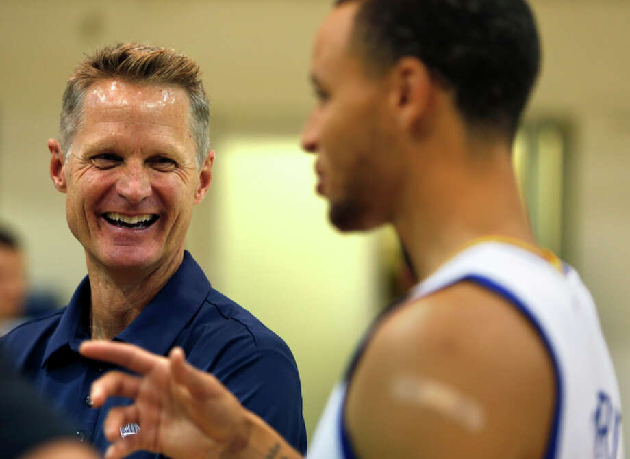 Steve Kerr (left) is teaching Stephen Curry and teammates a high-octane hybrid offense. Photo: Scott Strazzante / The Chronicle / ONLINE_YES