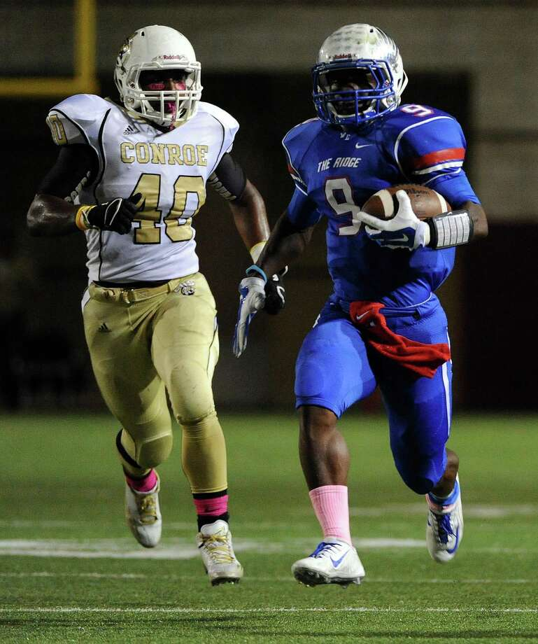 Oak Ridge running back Kwame Etwi (9) scampers past Conroe linebacker Tyron Wallace during the first half of a high school football game, Friday, October 3, 2014, at Woodforest Stadium in Shenandoah, TX. Photo: Eric Christian Smith, For The Chronicle / 2014 Eric Christian Smith