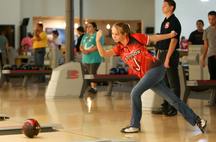 Judson's Jessica Stanley, 15, bowls during the first practice session of the year Oct. 1 at the Turner Bowling Club in Kirby. / EN Communities 2014