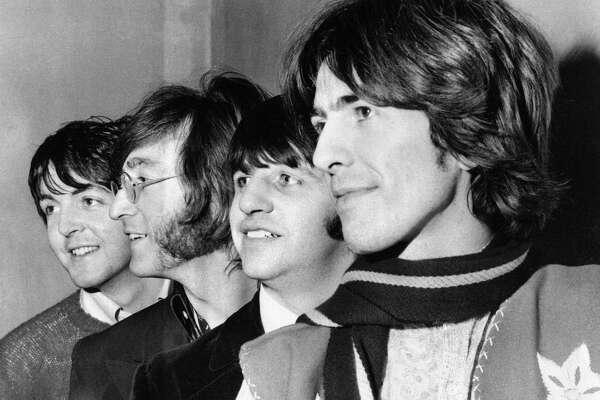 ARCHIV - Die Beatles, aufgenommen am 28. Februar 1968. Von links: Paul McCartney, John Lennon, Ringo Starr und George Harrison. Vor vierzig Jahren am 10. April 1970 trennten sich die Beatles. Die Beatles haben von 1962 bis 1970 13 LPs veroeffentlicht und mit 22 Singles wie niemand sonst die Hitparaden ihrer Zeit dominiert. (AP Photo,file) --- FILE - The Beatles pose together on Feb. 28, 1968 in an unknown location. From left are Paul McCartney, John Lennon, Ringo Starr and George Harrison. (AP Photo)