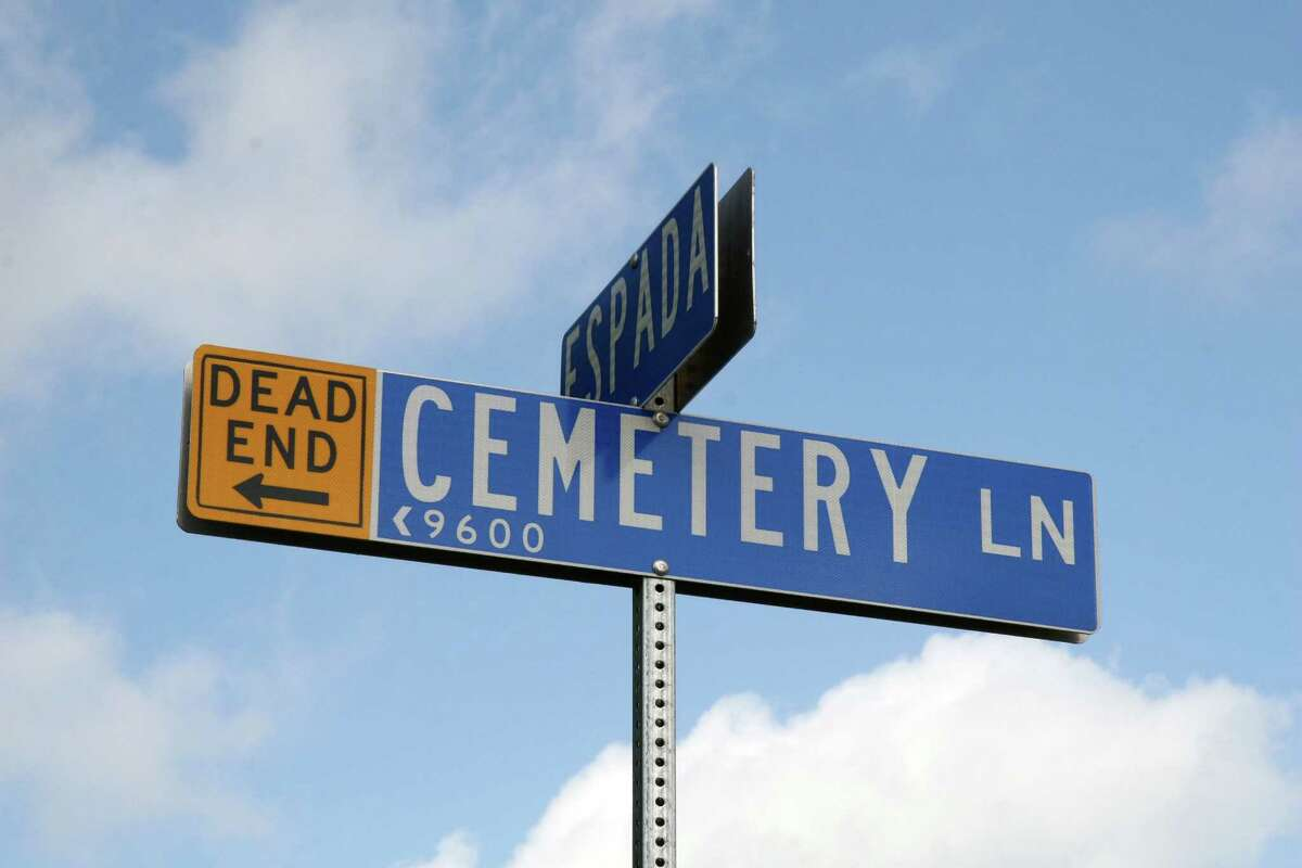 Reader Gregg Eckhardt emailed us this photo of Cemetery Lane (which is a dead end!) ...