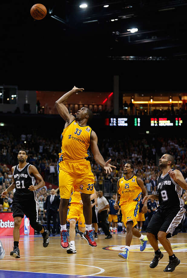 BERLIN, GERMANY - OCTOBER 08: Jamel McLean of Berlin scores in the last second to win the NBA Global Games Tour 2014 match between Alba Berlin and San Antonio Spurs at O2 World on October 8, 2014 in Berlin, Germany. Photo: Boris Streubel, Getty Images / 2014 Getty Images