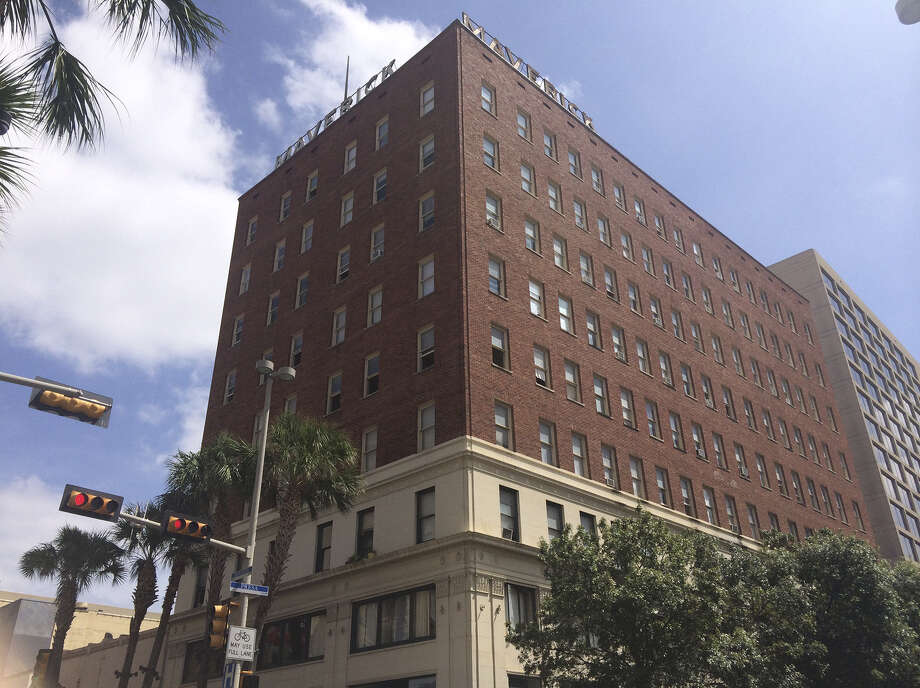 Despite its prime downtown location, the Maverick apartment building's street-level retail space has been vacant for years. Photo: Benjamin Olivo / San Antonio Express-News / San Antonio Express-News