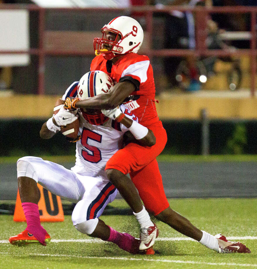 Trying to cover Bellaire's 6-2 Courtney Lark (right) is a tall order as his 1,138 receiving yards and 16 touchdowns from 2014 indicate. Photo: Cody Duty, Houston Chronicle / © 2014 Houston Chronicle