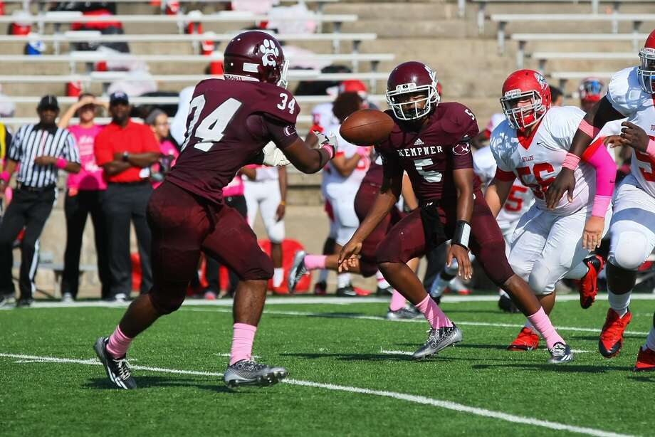 Kempner running back Nicholas Anderson takes the pitch out from quarterback Jalin Bolden-Scott Saturday during the Dulles game at Mercer stadium. Photo: Matthew White, Freelance / Freelance