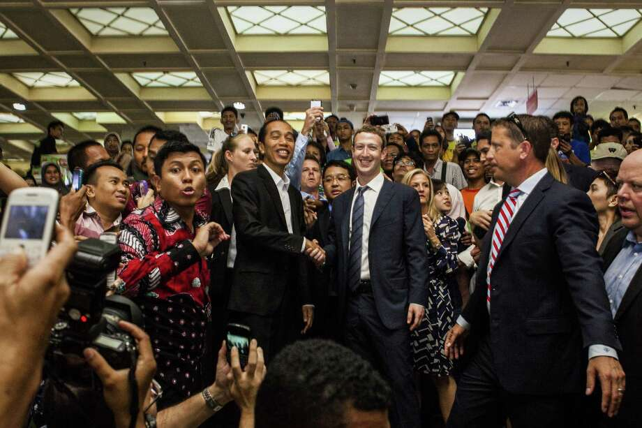 Indonesian President-elect Joko Widodo (left) and Face book CEO Mark Zuckerberg. Photo: Oscar Siagian / Getty Images / 2014 Getty Images