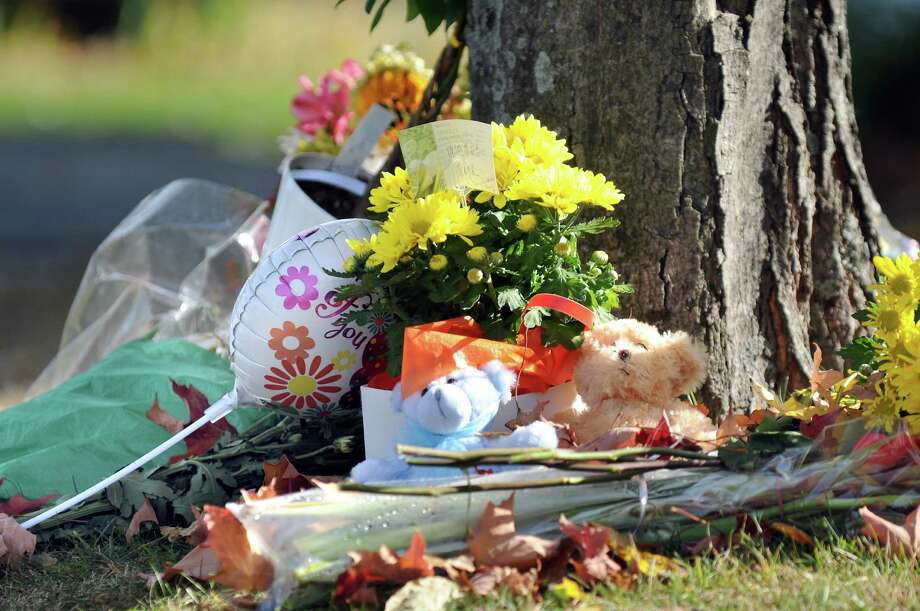 A memorial outside 1846 Western Ave. on Tuesday, Oct. 14, 2014, in Guilderland, N.Y. Jin Chen and Hai Yan Li and their sons Anthony, 10, and Eddy, 7, all of Chinese decent, were found dead inside the home last Wednesday. (Cindy Schultz / Times Union) Photo: Cindy Schultz / 10029034A