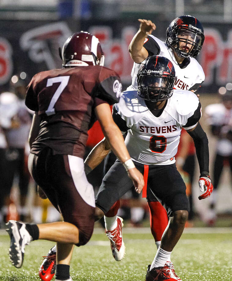 Stevens' Bobby Chacon (back), against Marshall in 2013, has thrown for at least 400 yards in his last two games. Photo: Marvin Pfeiffer / Express-News / Prime Time Newspapers 2013