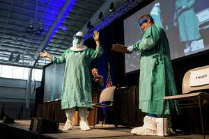 New Ebola rules for travelers, hospital workers - Photo