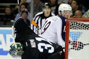 Mistake-ridden Sharks blow another lead, fall 5-4 - Photo