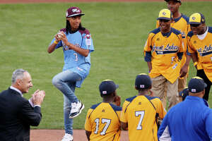 Little League star Mo'ne Davis still sensational on 1st pitch - Photo