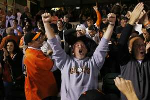 Giants storm back to beat Royals 11-4, even series - Photo