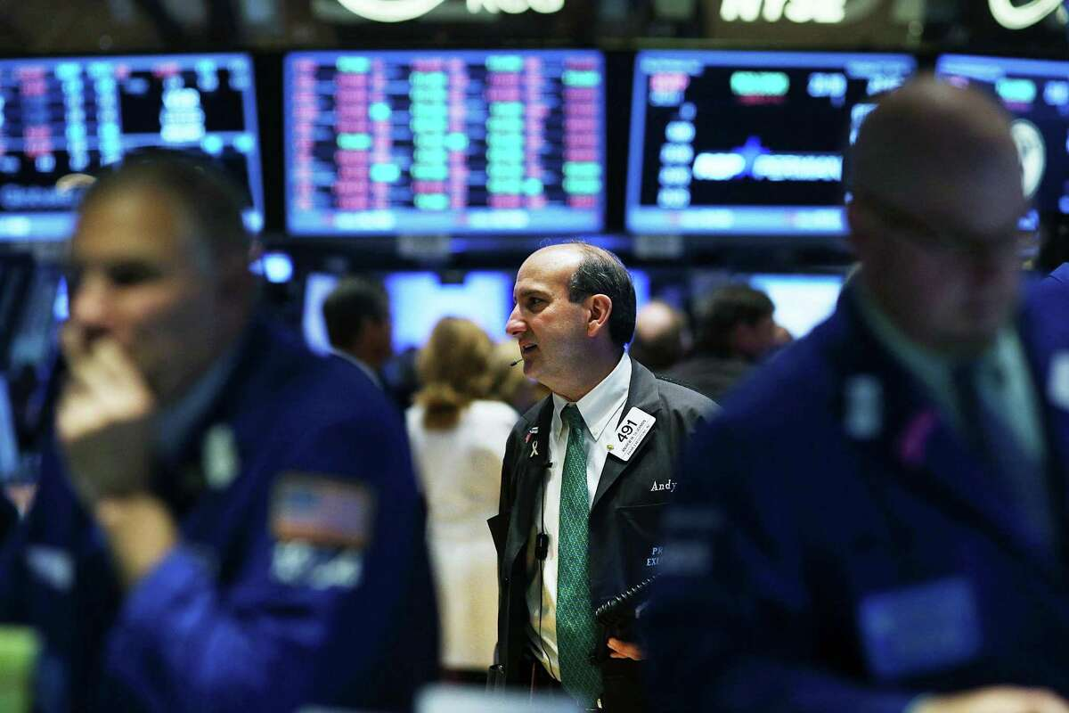 Traders work on the floor of the New York Stock Exchange (NYSE) during morning trading on October 27, 2014 in New York City. Stocks were lower in morning trading. (Photo by Spencer Platt/Getty Images) ORG XMIT: 520554461