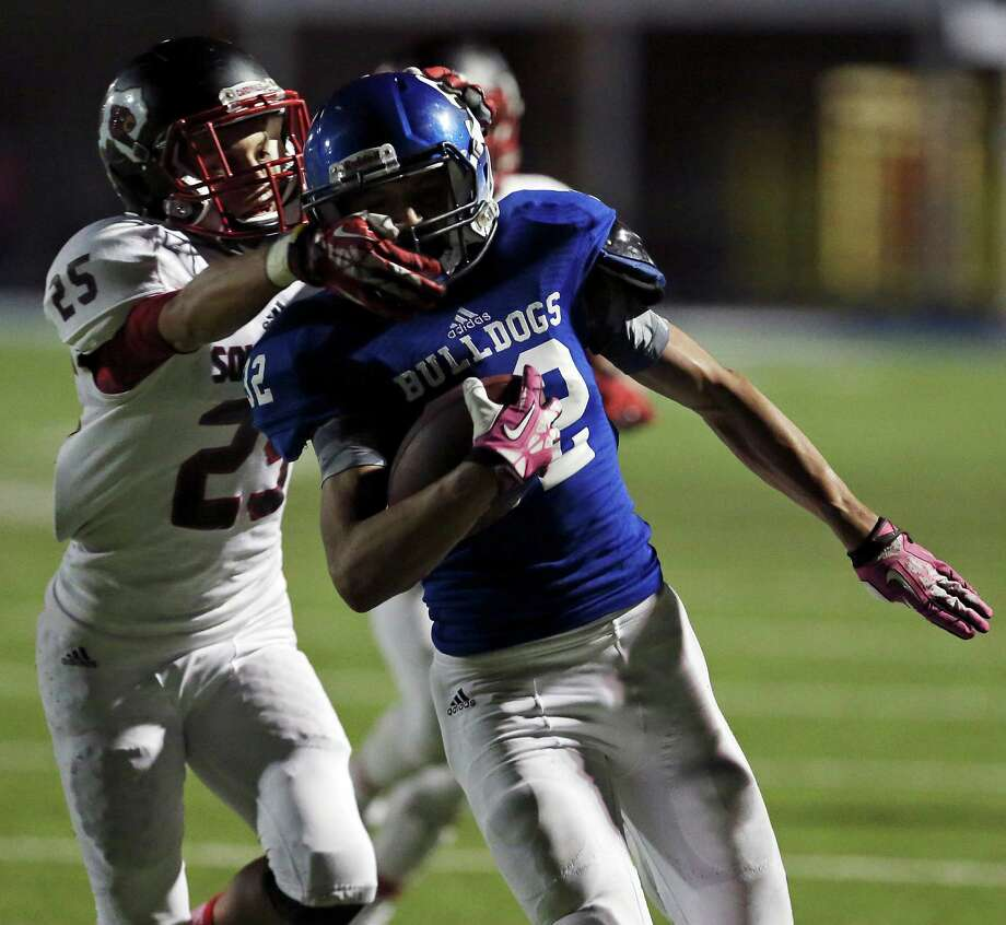 Southside's Jacob Collier tackles Somerset's Josh Avila during second half action Friday Oct. 10, 2014 at Bulldog Stadium in Somerset, Texas.  Photo: San Antonio Express-News / © 2014 San Antonio Express-News