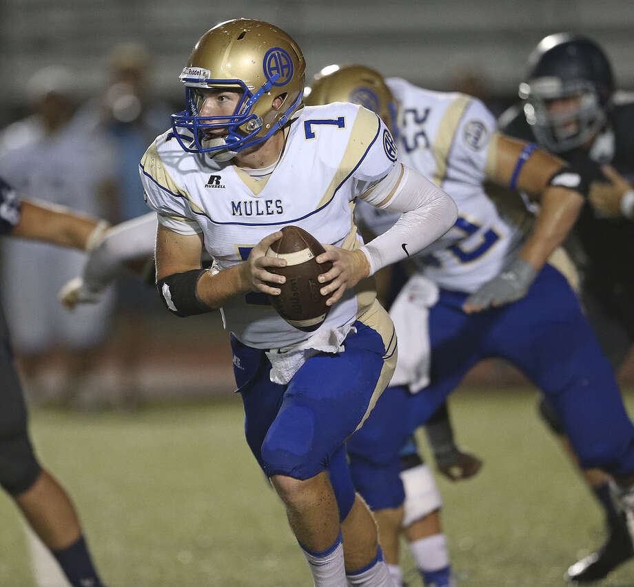 Quarterback Dalton Banks and Alamo Heights can clinch a district playoff berth by defeating Floresville this weekend. Photo: Tom Reel / San Antonio Express-News
