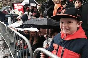 Despite schools' pleas, many kids at Giants parade - Photo