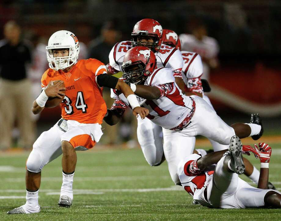 La Porte's David Terrebonne (34) runs the against the North Shore defense during the first half of the La Porte-North Shore high school football game at Bulldog Stadium, Friday, Oct. 31, 2014, in La Porte. Photo: Karen Warren, Houston Chronicle / © 2014 Houston Chronicle