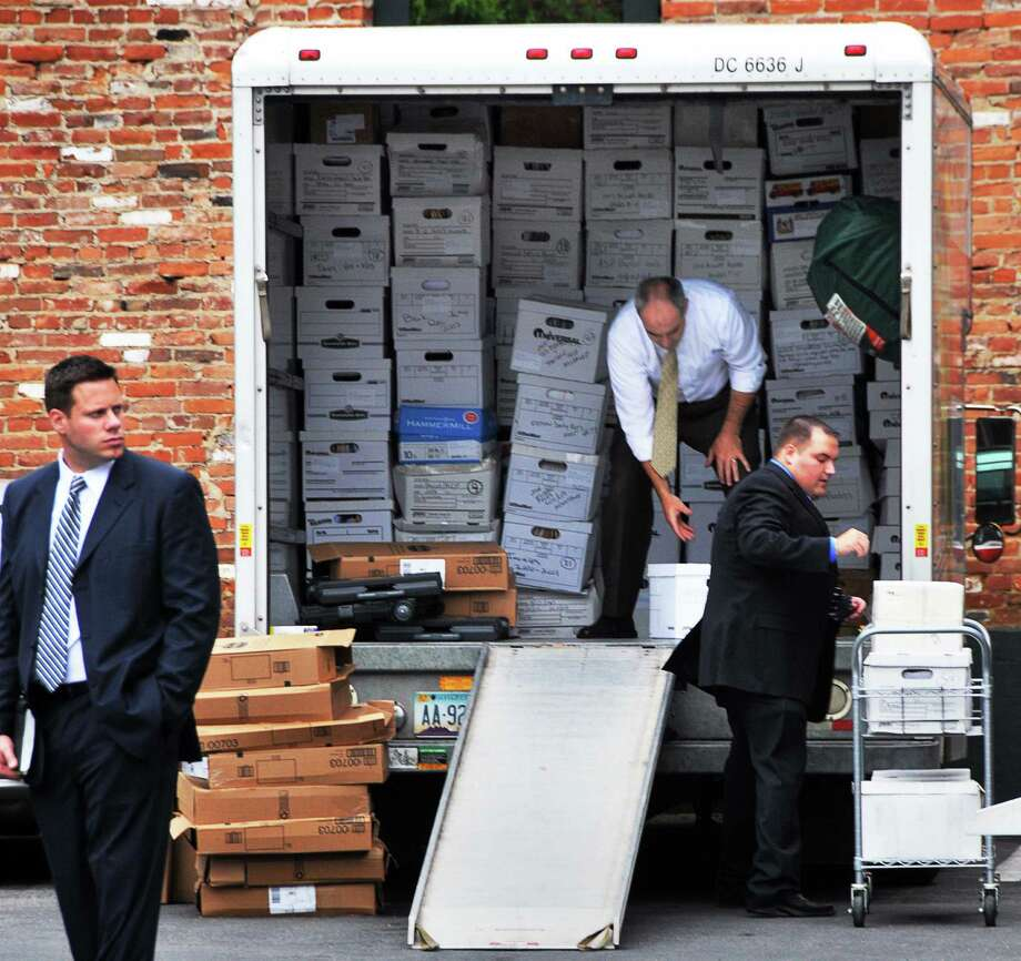 FBI and other federal agents cart documents from First Guarantee Mortgage during a series of raids in June 2009. The years-long investigation is ending with no charges against the company or its principals, although a dozen loan officers were implicated in falsifying loan documents. (John Carl D'Annibale / Times Union) Photo: John Carl D'Annibale / 00004275A