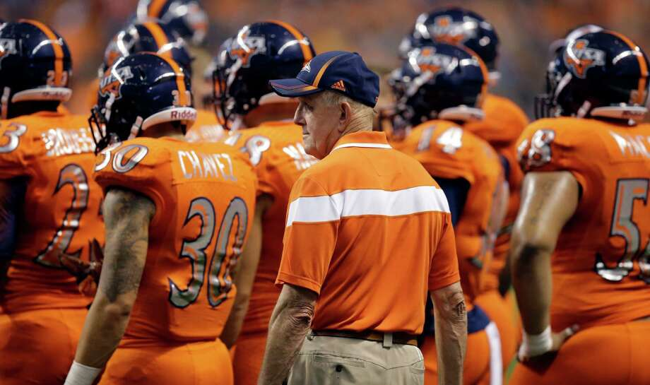 UTSA coach Larry Coker, center, during the second half against Arizona, on Sept. 4, 2014, in San Antonio. Photo: Eric Gay /Associated Press / AP