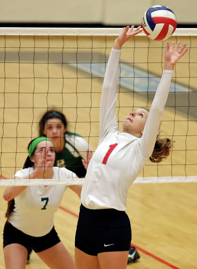 Antonian's Sarah Bell sets the ball as Incarnate Word's Shea Lopez looks on Sept. 25 at Littleton Gym. Antonian won 25-13, 25-22, 25-21. Photo: Edward A. Ornelas / Edward A. Ornelas / San Antonio Express-News / © 2014 San Antonio Express-News