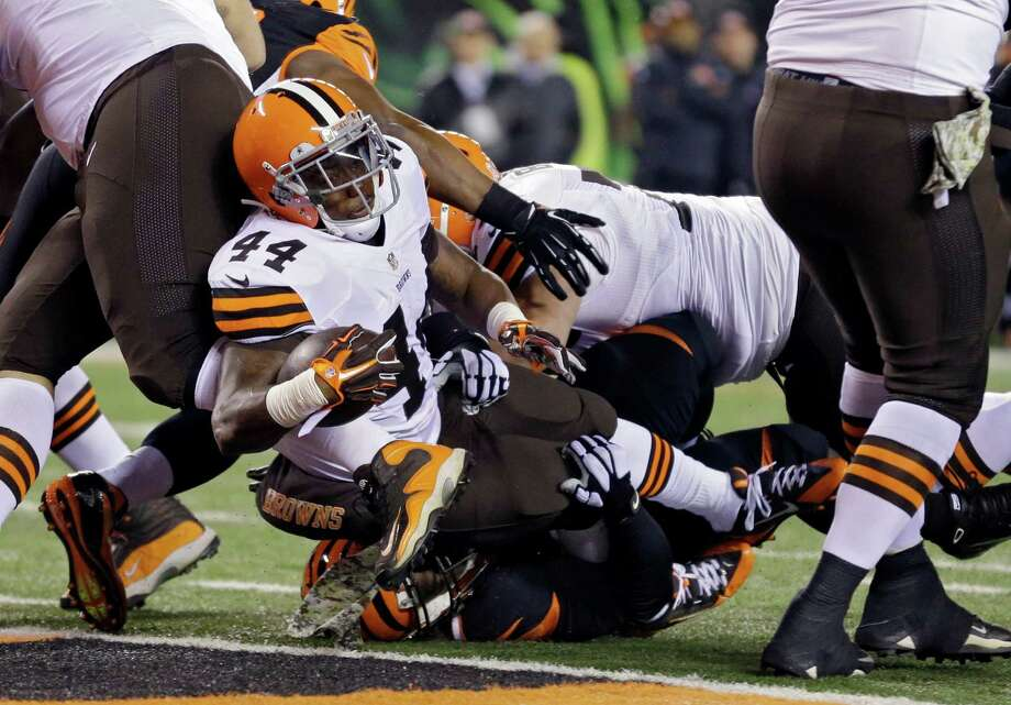 Running back Ben Tate helps the Browns grab an early lead with a 4-yard touchdown run in the first quarter against the Bengals on Thursday night. Photo: Michael Conroy, STF / AP