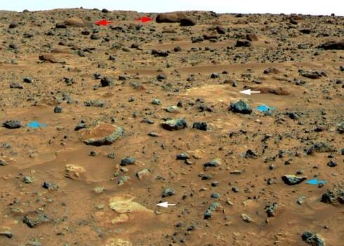 A statue on Mars?NASA inserted the arrows into this photo, likely from the 1997 Pathfinder mission, to point out rock features. Can you see it? (NASA / JPL)