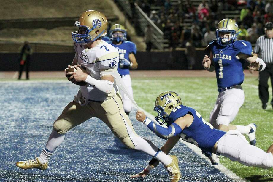 Alamo Heights' quarterback Dalton Banks (07) runs in for a touchdown against Kerrville Tivy's Duncan Miller (25) in District 27-5A football in Kerrville on Friday, Nov. 7, 2014. (Kin Man Hui/San Antonio Express-News) Photo: Kin Man Hui, Staff / San Antonio Express-News / ©2014 San Antonio Express-News