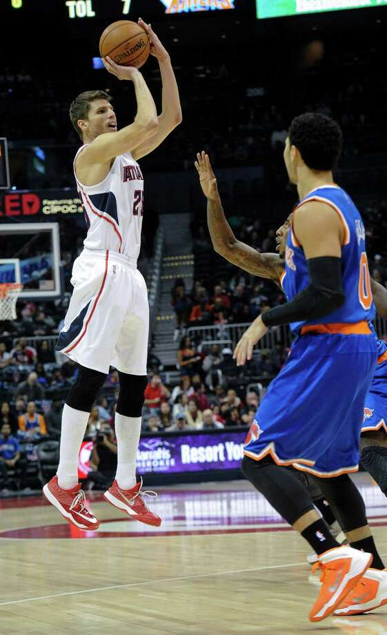 Atlanta Hawks guard Kyle Korver (26) shoots in front of New York Knicks guard Shane Larkin during the first half of an NBA basketball game, Saturday, Nov. 8, 2014, in Atlanta. Atlanta won 103-96 with Korver leading all scorers with 27 points. (AP Photo/John Amis) ORG XMIT: GAJA111 Photo: John Amis / FR69715 AP