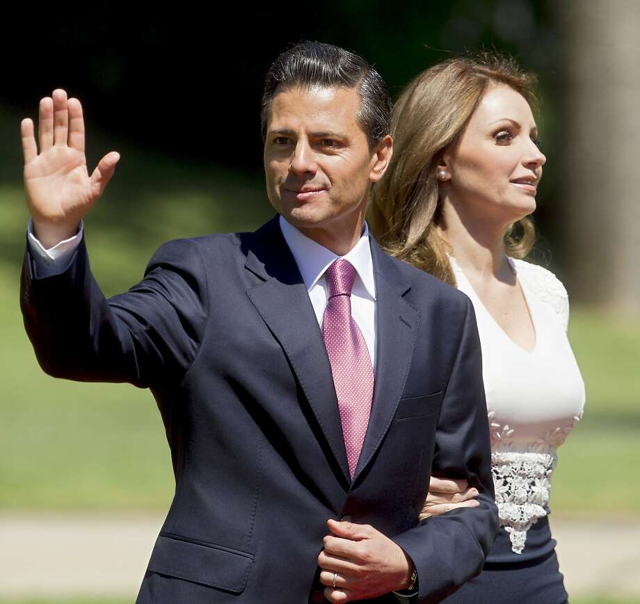 Mexican President Enrique Pena Nieto (left) next to his wife Angelica Rivera waves at the press in Vina Del Mar, Chile on March 11, 2014 after Chilean President Michelle Bachelet's inauguration. Photo: Claudio Reyes, AFP/Getty Images
