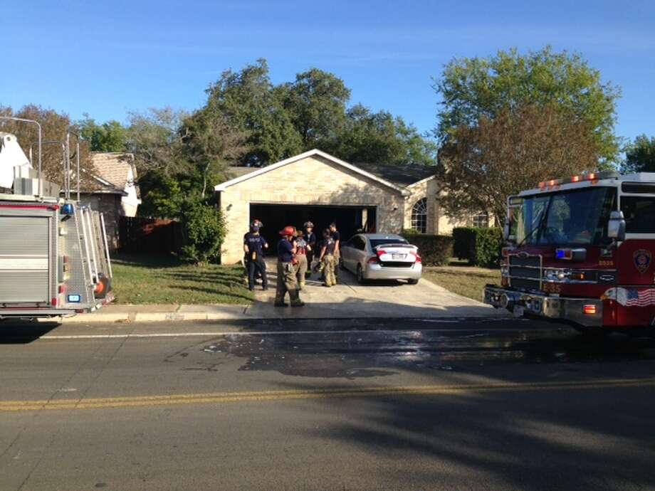 A family was forced from their Northwest Side home Monday morning after a fire erupted in their kitchen. Photo: Mark D. Wilson/San Antonio Express-News