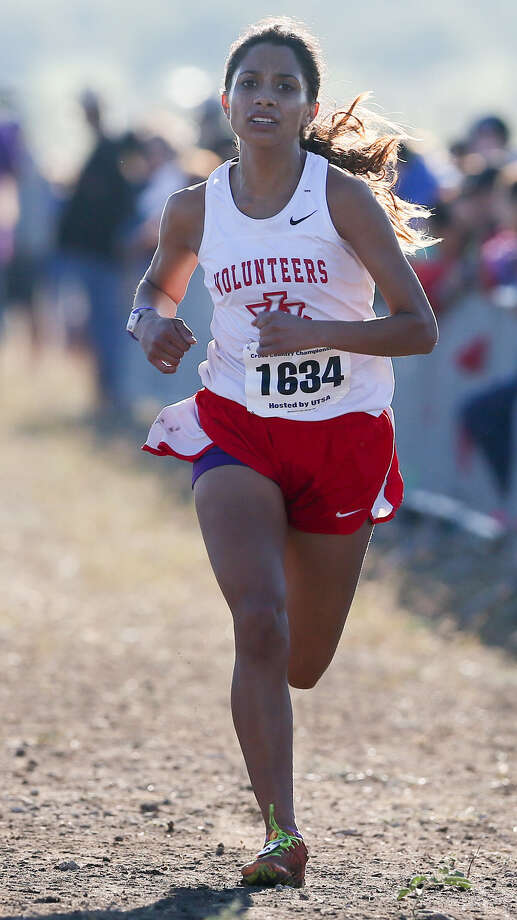 Lee's senior Cynthia Quiroga qualified for state in the 6A Girls 5K during the Region IV Cross Country Championships. Photo: Marvin Pfeiffer / Southside Reporter / Express-News 2014