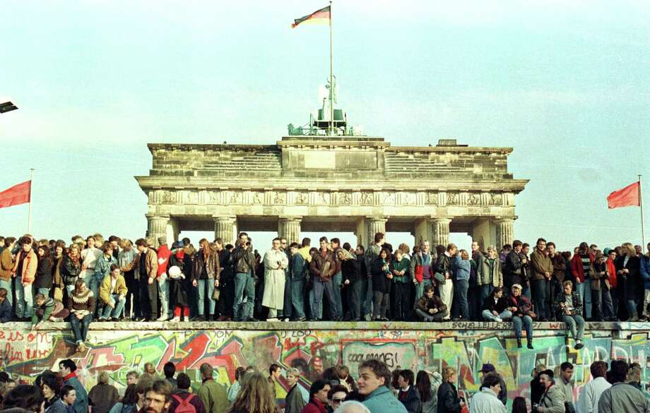 West Berlin citizens continue their vigil atop the Berlin Wall in front of the Brandeburg Gate in this November 10, 1989 file photo. Photo: STAFF / X01095