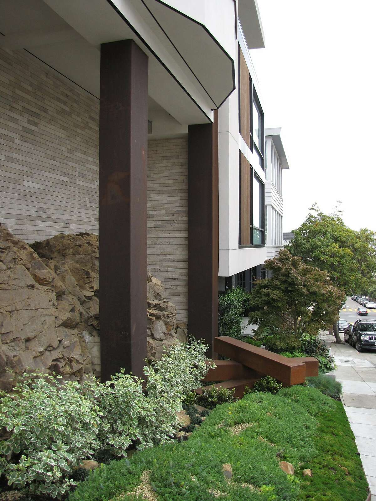 The two-unit building at 1535-1555 Francisco St. is nothing much in terms of architecture, but the sandstone outcrop that pushes out from the foundation is an evocative reminder that Russian Hill and other San Francisco peaks as acts of nature as well as neighborhoods with views.
