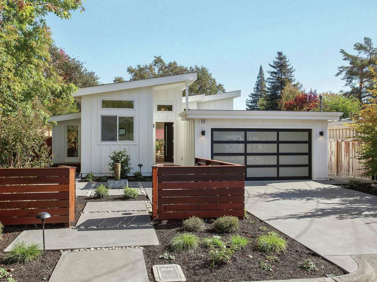 826 Austin Ave. is a three-bedroom Mid-century modern near Sonoma's historic plaza available for $2.295 million. Want to see more listings in Sonoma? Click here.