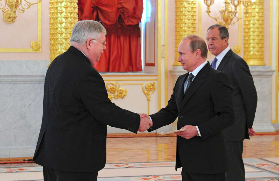 U.S. Ambassador to Russia John Tefft (left), a career diplomat, presents his credentials to Russian President Vladimir Putin at the Kremlin as Russian Foreign Minister Sergey Lavrov looks on. Photo: Mikhail Klimentyev / Associated Press / RIA Novosti Kremlin